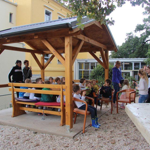 Pod krošnjama stabala djeca čitala djeci